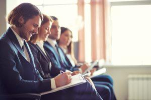 Empleados tomando notas en un seminario